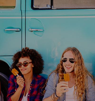 Младежи ядат сладолед
